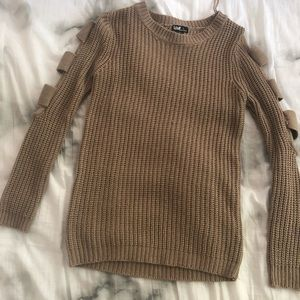 Sweater with cutouts on the sleeves
